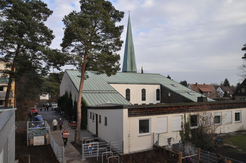 Kirche vom Kindergarten aus gesehen